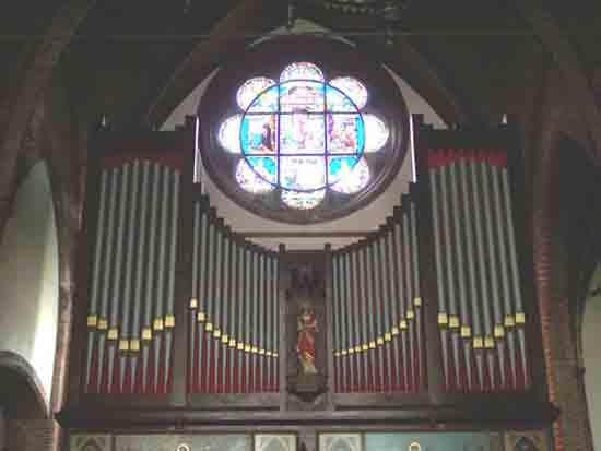 Interieur-Kerk Orgel en glas in lood raam in een van de zijbeuken<br><br> 0240_Urbanuskerk_Bovenkerk_2428ps.jpg