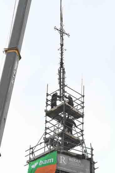 Weerhaan Het terugplaatsen van het kruis op de torenspits<br><br> 0890_Weerhaan_terugplaatsen_8604.jpg