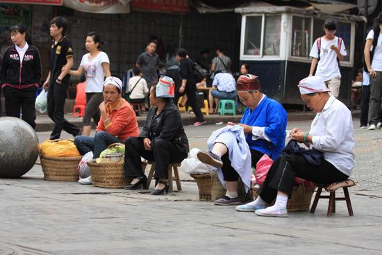 Kaili Kaili - Miao - borduursters op straat<br><br> 0060_1261.jpg