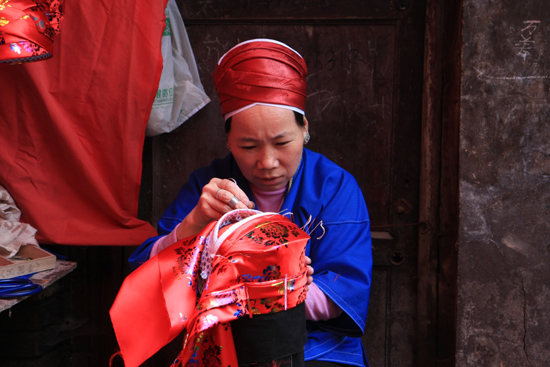 Kaili Miao markt in Kaili<br>Mooi borduurwerk<br><br> 0110_1284.jpg
