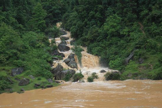Rongjiang Waterval tijdens rit naar Yangshuo<br><br> 0910_1773.jpg