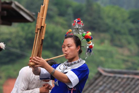 Chengyang Chengyang Dong village - Guizhou<br>Dans en muziek op de Lusheng, een muziekinstrument met verschillende bamboo pijpen<br><br> 1430_2094.jpg