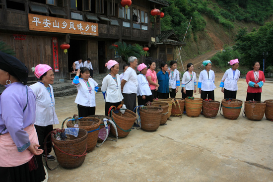 Longji Dragers wachtend op onze bagage. Mooie service,<br>wandelen naar Pingan village op de top van de berg was voor ons een serieuze klus.<br><br> 1570_2205.jpg