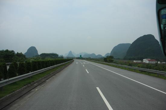 Yangshuo1 De eerste karstbergen doemen op aan de horizon<br><br> 1850_2418.jpg