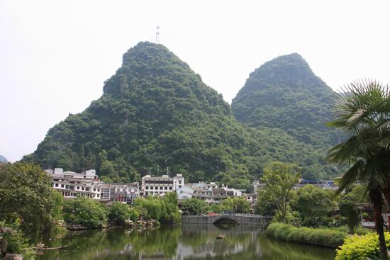 Yangshuo1 Fraaie karstbergen midden in het centrum van Yangshuo<br><br> 1880_2447.jpg
