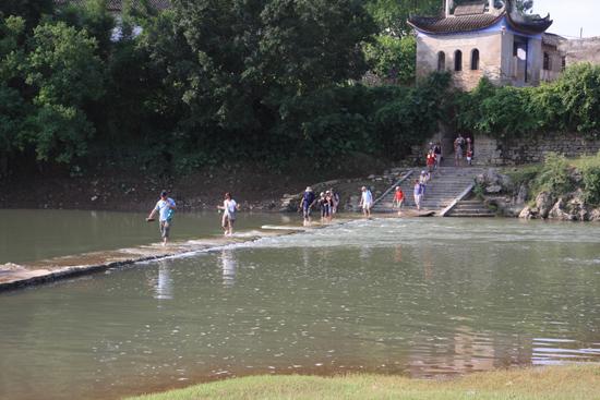 Yangshuo1 De boot voor de rondvaart over de Li rivier lag aangemeerd op een eilandje waardoor<br>we eerst bij Fili over een dammetje de snelstromende rivier moesten oversteken<br><br> 1970_2488.jpg