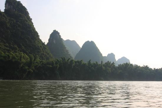 Yangshuo1 Karstgebergte en heel veel bamboebomen langs de Li-rivier bij Yangshuo<br><br> 2020_2554.jpg