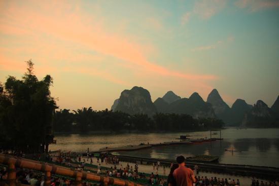 Yangshuo2 Zonsondergang tijdens de start van de Impression Liu Sanjie show in Yangshuo<br><br> 2090_2754.jpg