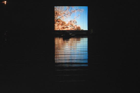 Yangshuo2 Diabeelden geprojecteerd op groot drijvend scherm, gereflecteerd in het water<br><br> 2110_2767.jpg