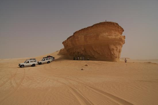 White-Desert De enige (kleine) schaduwstrook op het traject van Siwa naar Baharya 0630-From-Siwa-to-Farafra-2340.jpg