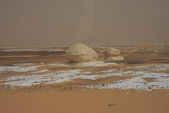 White-Desert The White Desert ten noordoosten van Farafra met heel veel kalksteenformaties 0700-White-Dessert-near-Farafra-2481.jpg