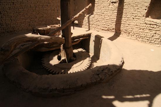 Dakhla Al-Qasr bij Dakhla Oasis<br>Een oud Ottomaans stadje gebouwd in 1516-1798<br>Graanmolen 0940-Al-Qasr-near-Dakhla-Oasis-2853.jpg