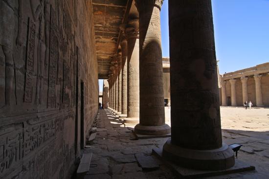 Edfu Horus tempel - Edfu (237 BC) 2040-Edfu-Temple-of-Horus-4016.jpg