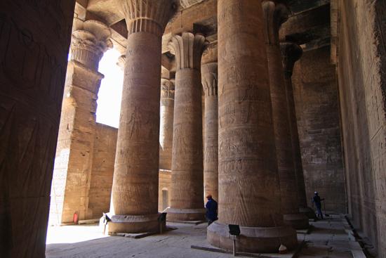 Edfu Horus tempel - Edfu (237 BC) 2060-Edfu-Temple-of-Horus-4025.jpg