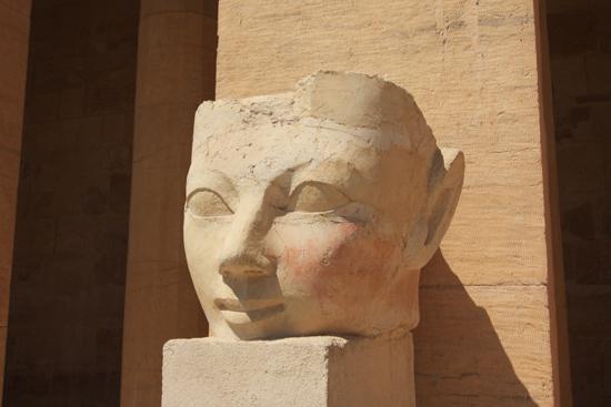 Luxor Een van de beelden van de Punt Colonnade<br>Hatsheput tempel in Deir al-Bahri bij Luxor (circa 1450 BC) 2230-Luxor-Temple-of-Hatsheput-4161.jpg