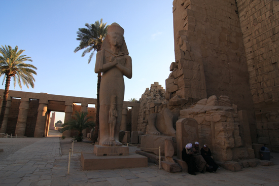 Karnak Amun tempel - Karnak<br> Statue of Ramses II in the Great Court 2330-Karnak-Temple-of-Amun-4214.jpg