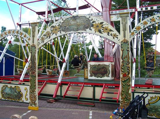 Stadsfeest2004 Hoorn<br>Stadsfeest<br>Schuitjes schommel 1612-Hoorn-straatorgels.jpg