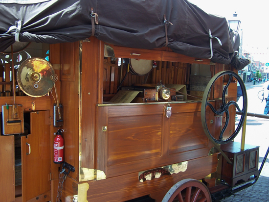 Stadsfeest2004 Hoorn<br>Stadsfeest met draaiorgels<br>Het mechanische hart 1622-Hoorn-straatorgels.jpg