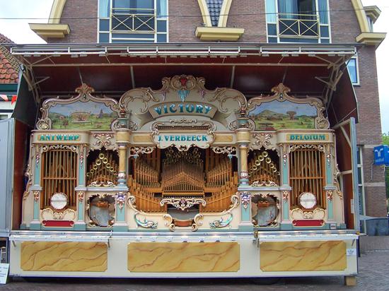 Stadsfeest2004 Hoorn<br>Stadsfeest met draaiorgels<br>De allergrootste van alle aanwezige orgels 1663-Hoorn-straatorgels.jpg