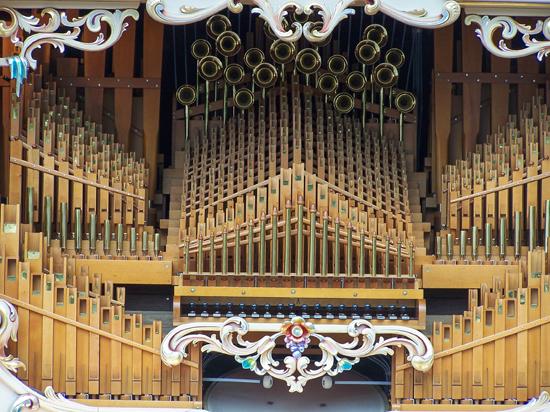 Stadsfeest2004 Hoorn<br>Stadsfeest met draaiorgels<br>Detail van het grootste orgel 1664-Hoorn-straatorgels.jpg