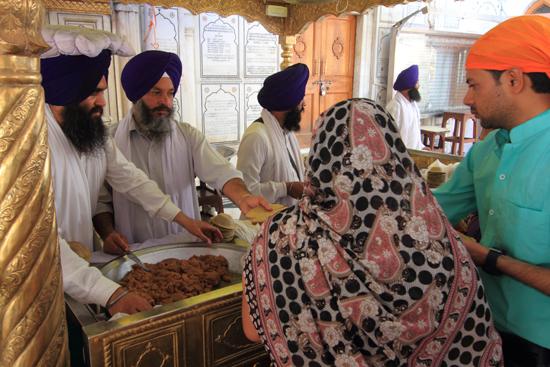 Amritsar1 Vrijwilligers delen eten uit aan de bezoekers<br><br> 0020-Amritsar-Gouden-Sikh-tempel-2413.jpg