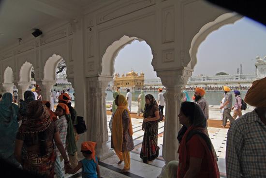 Amritsar1 De galerijen boden gelukkig beschutting tegen de felle zon<br><br> 0130-Amritsar-Gouden-Sikh-tempel-2455.jpg