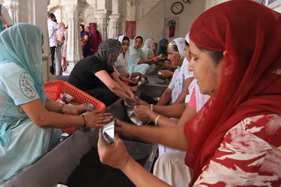 Amritsar1 Afwassen, iedereen helpt een handje<br><br> 0140-Amritsar-Gouden-Sikh-tempel-2456.jpg