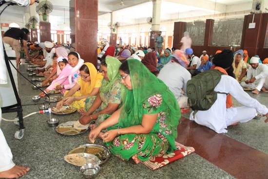 Amritsar1 Vrije maaltijd voor iedereen in grote eetzaal <br><br> 0210-Amritsar-Gouden-Sikh-tempel-2501.jpg