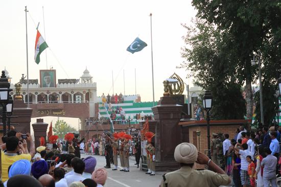 Wagan Het belangrijkste moment: <br>Het gelijktijdig strijken van de vlaggen door Pakistaanse en Indiase militairen.<br><br> 0380-Wisseling-wacht-grens-Wagah-2717.jpg