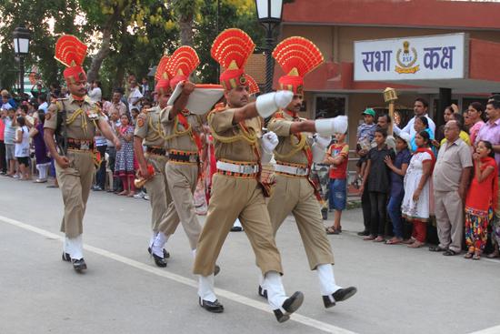 Wagan De nationale vlag van India wordt naar een veilige plek afgevoerd<br><br> 0390-Wisseling-wacht-grens-Wagah-2735.jpg