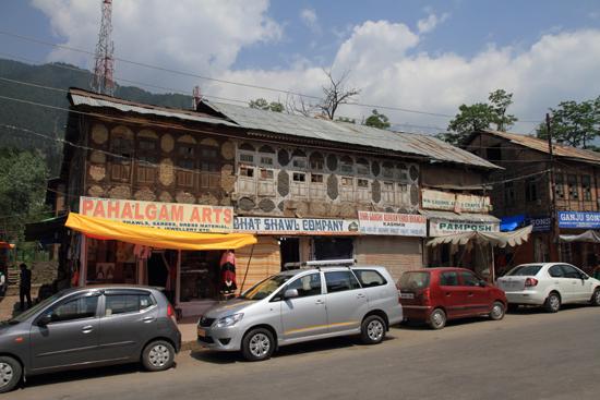 Pahalgam2 Typische houten huizen in het centrum van Pahalgam<br><br> 0700-Pahalgam-Kashmir-2984.jpg