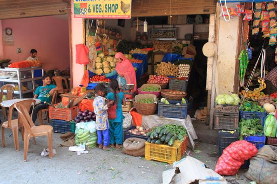 Pahalgam2 Groenteman in Pahalgam centrum<br><br> 0740-Pahalgam-Kashmir-2993.jpg