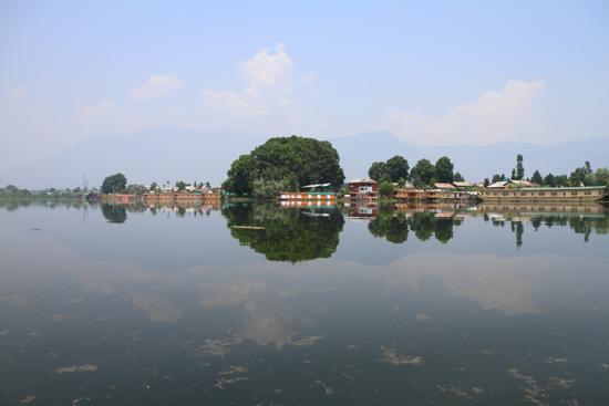 Srinagar1 Uitzicht op het Nagin meer vanaf onze woonboot <br><br> 0830-Houseboat-Srinagar-Kashmir-3056.jpg