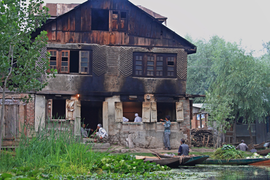 Srinagar1 Bakkerij langs het Nagin meer<br>Misschien iets te enthousiast gebakken?<br><br> 0970-Nagin-Lake-Srinagar-Kashmir-3253.jpg