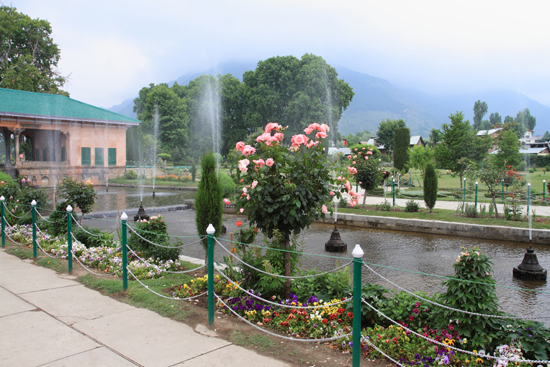 Srinagar2 Shaliman Bagh tuin<br>Scholieren gingen spontaan op de foto<br><br> 1020-Shaliman-Bagh-tuin-Srinagar-3280.jpg