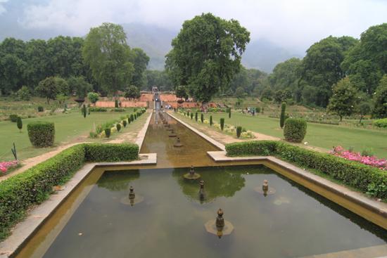 Srinagar2 Shaliman Bagh tuin<br>Mooie fonteinen maar helaas niet in gebruik tijdens ons bezoek<br><br> 1070-Nishat-Bagh-tuin-Srinagar-3314.jpg