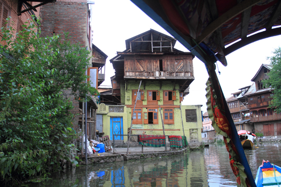 Srinagar2 Richting centrum met de Shikara<br><br> 1260-Shikara-vaartocht-meren-Srinagar-3436.jpg