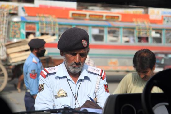 Gulmarg Onze chauffeur kreeg een bekeuring wegens het niet dragen van een uniform en<br>het niet gebruiken van de veiligheidsgordel<br><br> 1320-Bekeuring-Strinagar-3490.jpg