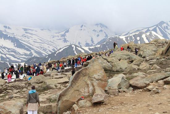 Gulmarg Overwegend Indische toeristen die wellicht voor het eerst  sneeuw zien<br><br> 1400-Gulmarg-Kashmir-3565.jpg