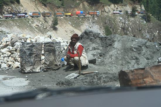 Zoji-La Wegwerker aan de voet van de Zoji-La pass bij Sonamarg<br><br> 1510-Zoji-La-Pass-Kashmir-Ladakh-3654.jpg