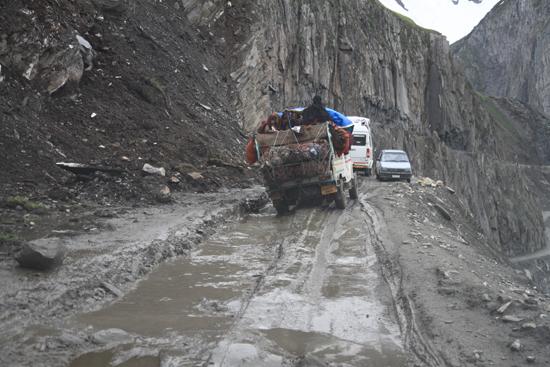 Zoji-La Ik wens de chauffeur van de kleine tegemoetkomende auto heel veel sterkte toe…<br><br> 1640-Zoji-La-Pass-Kashmir-Ladakh-3721.jpg