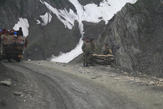 Zoji-La Checkpoint op de bergpas<br><br> 1660-Zoji-La-Pass-Kashmir-Ladakh-3726.jpg