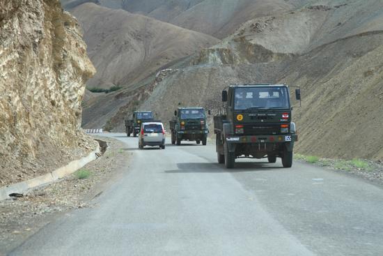 Lamayuru1 Militair konvooi in Ladakh<br>Een veelvuldig terugkerend verschijnsel<br><br> 2100-Naar-Lamayuru-Ladakh-4010.jpg
