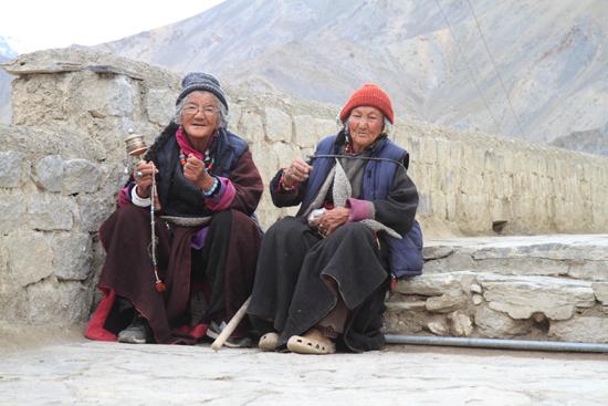 Lamayuru2 Dames op leeftijd met gebedsmolens<br><br> 2200-Lamayuru-Ladakh-4130.jpg