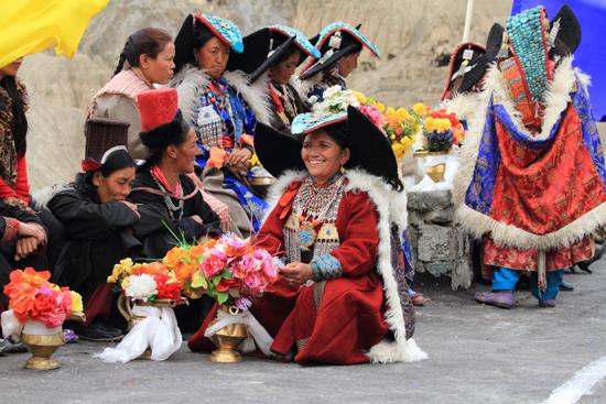 Lamayuru2 Totaal onverwachts:<br>Lokale dames in prachtige klederdracht en met fraaie sierraden<br><br> 2230-Lamayuru-Ladakh-4158.jpg