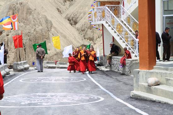 Lamayuru2 Ook de monnikeen maken zich gereed voor de Lama<br><br> 2280-Lamayuru-Ladakh-4180.jpg