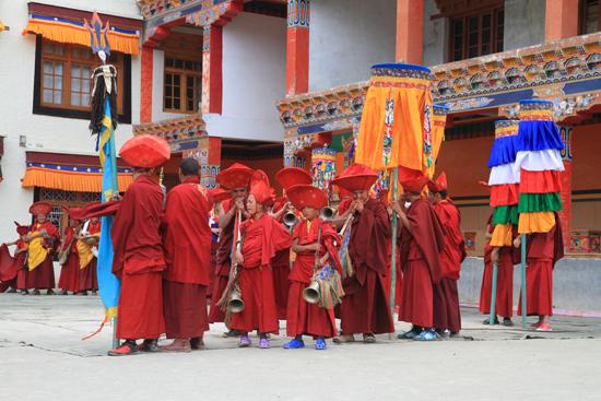 Lamayuru2 De monniken begeven zich ook naar de ingang van het complex<br><br> 2300-Lamayuru-Ladakh-4189.jpg