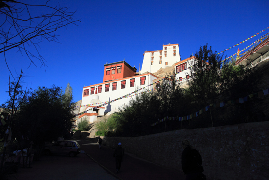 Thikse Thikse of Thiksay klooster<br>Een strakblauwe lucht bij aankomst bij het klooster<br><br> 2690-Thikse-Thiksay-Ladakh-4540.jpg