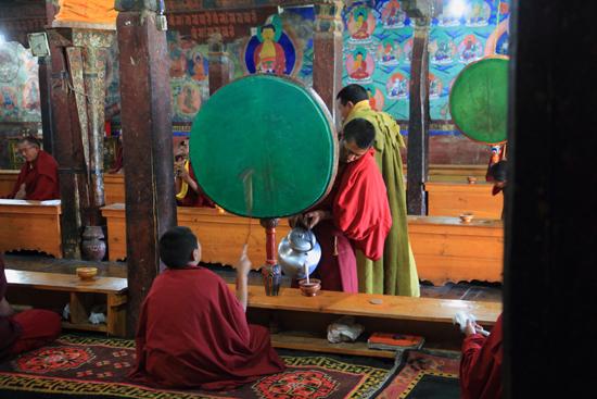 Thikse Yakthee werd voor de monniken én de bezoekers ingeschonken<br><br> 2760-Thikse-Thiksay-Ladakh-4570.jpg