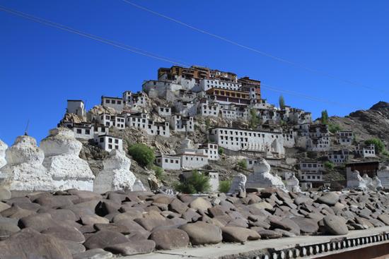 Shey Shey kloostercomplex met manistenen op de voorgrond<br><br> 2860-Shey-klooster-Ladakh-4634.jpg